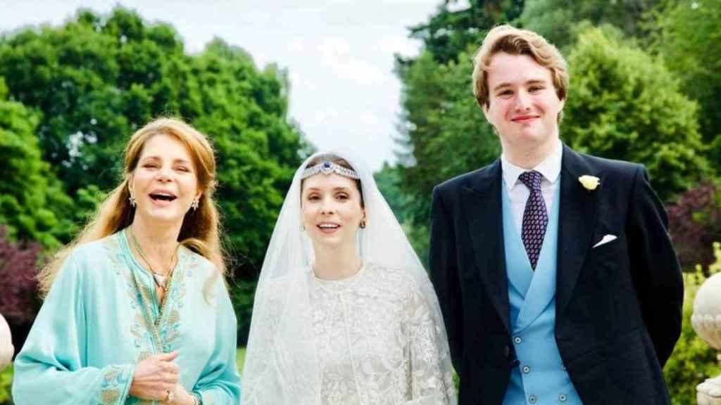 La reina Noor de Jordania junto a la princesa Raiyah y el periodista británico Ned Donovan, en su boda.