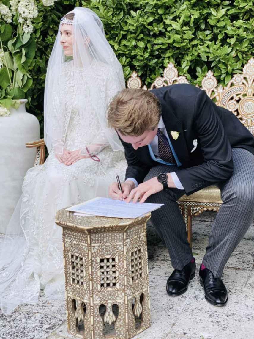 La novia lució en su tiara un gran zafiro rodeado de diamantes.