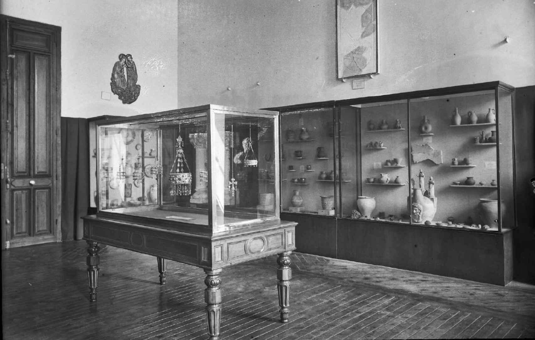 Vitrina del Tesoro de Guarrazar en el MAN en una sala inaugurada en 1943.