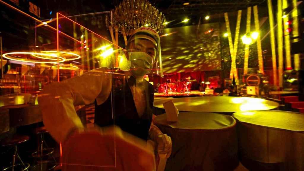 Reapertura de un club nocturno en Bangkok. EFE/EPA/Rungroj Yongrit