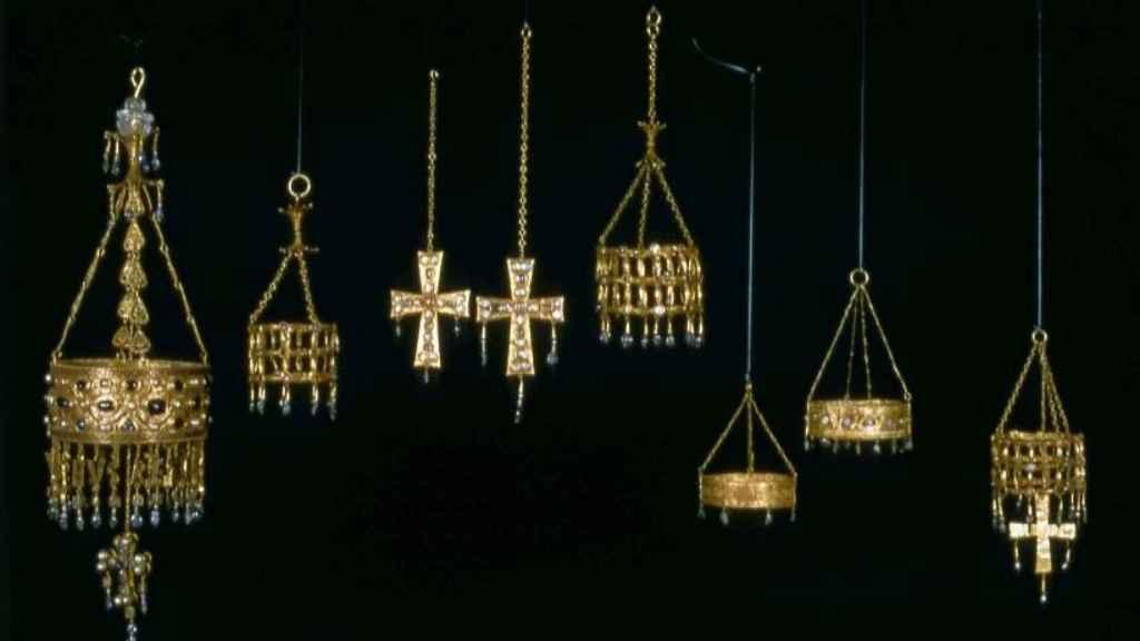 Conjunto formado por coronas cruces y otros objetos litúrgicos de oro y pedrería del Tesoro de Guarrazar.