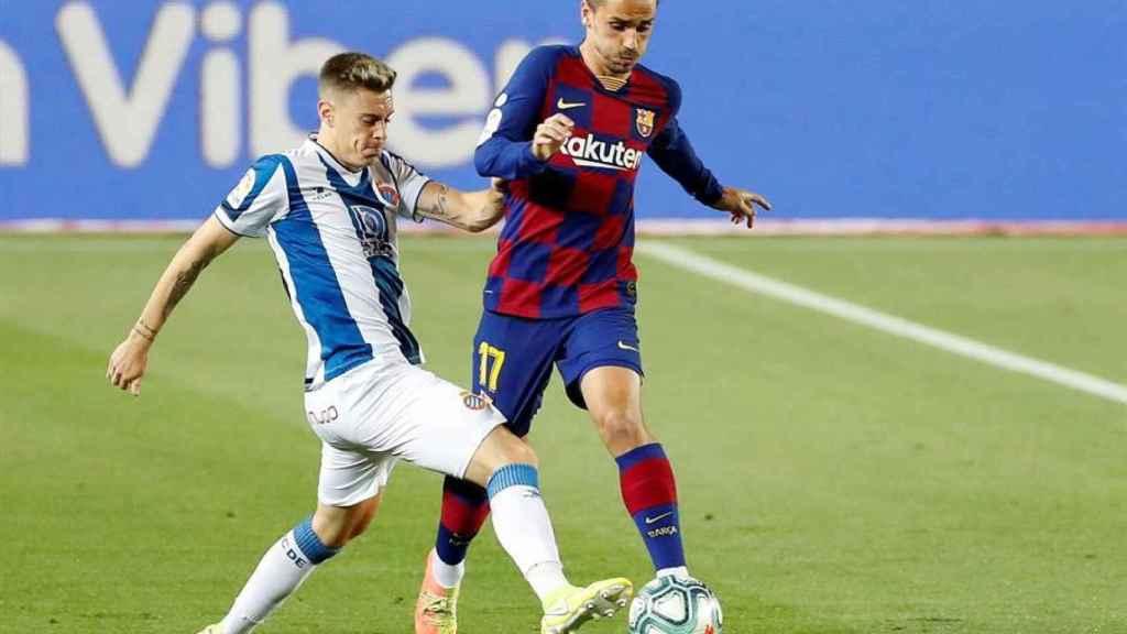 Antoine Griezmann ante Pol Lozano, en el Barcelona - Espanyol de la jornada 35 de La Liga