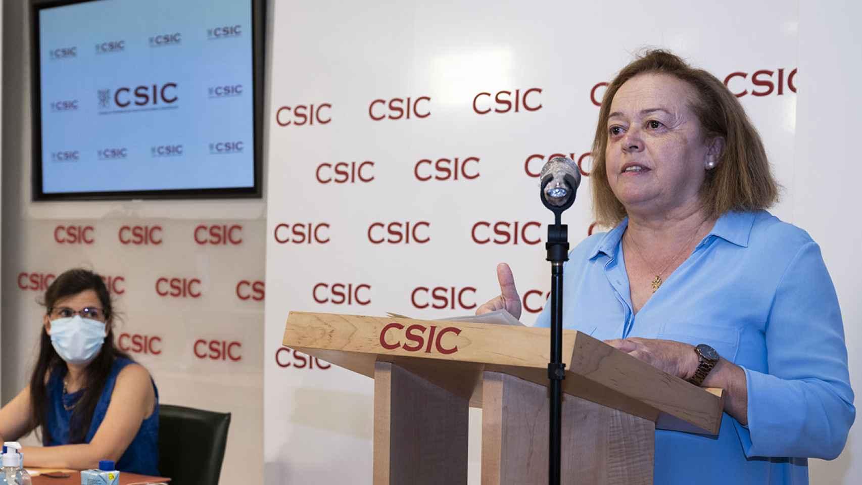 La presidenta del CSIC, Rosa Menéndez y Mar Valés, investigadora del CNB-CSIC, durante la presentación del nuevo test.
