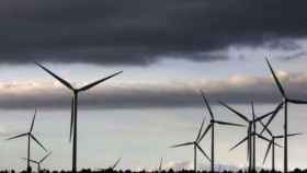 Cielo nublado sobre un parque de renovables.