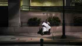 Un hombre espera en el hospital metodista de Texas, estado donde los casos de coronavirus se han disparado.