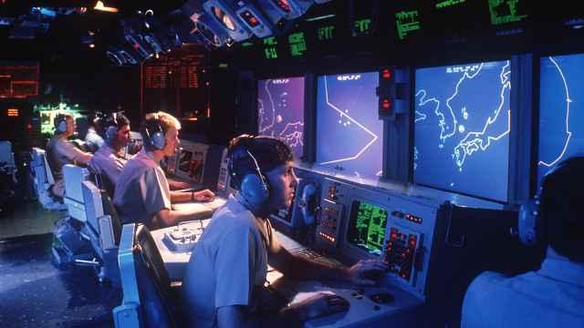Operadores radar dentro del buque  USS Vincennes