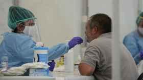 Un sanitario realiza una prueba PCR a un sospechoso de Covid-19.