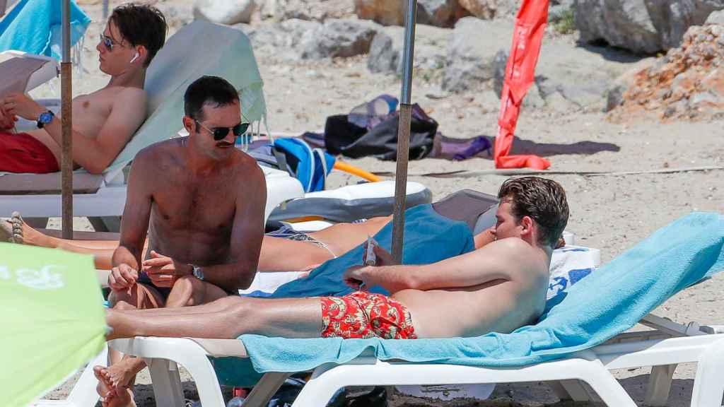 José Bono Jr. y Aitor Gómez disfrutando de un día de playa.