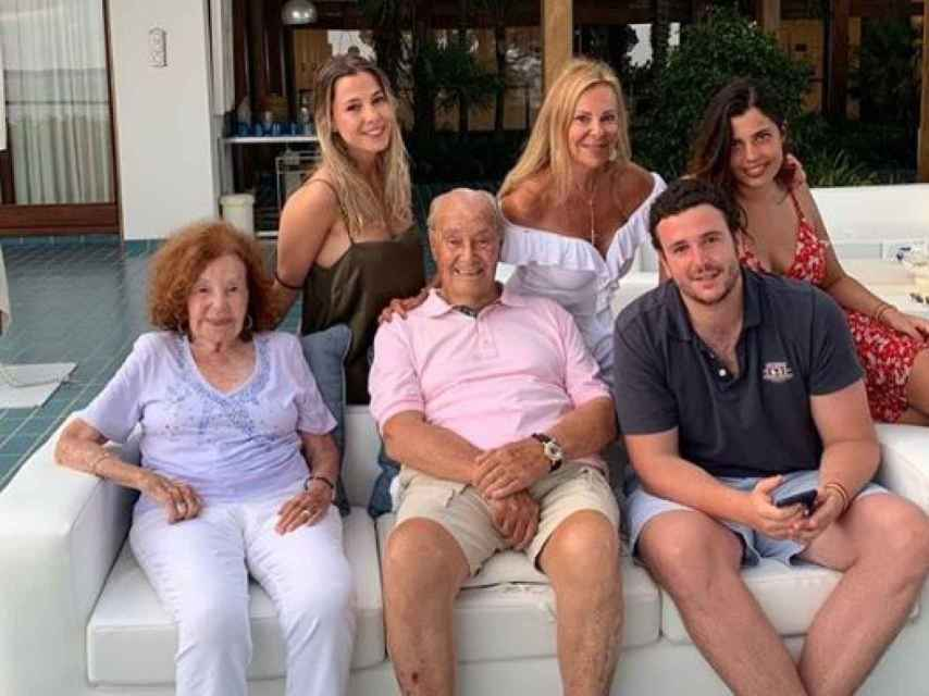 Álex junto a su abuelos, sus primas y su madre en el verano de 2019.