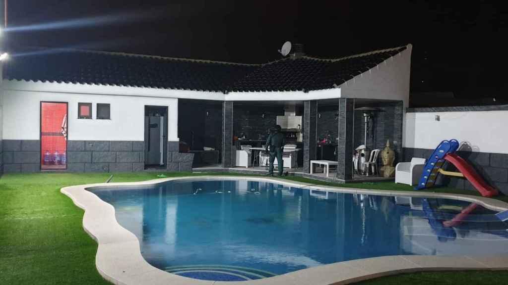 Piscina de la mansión de Gareth Mauro en 'Villa narco', durante el operativo desplegado por la Guardia Civil.