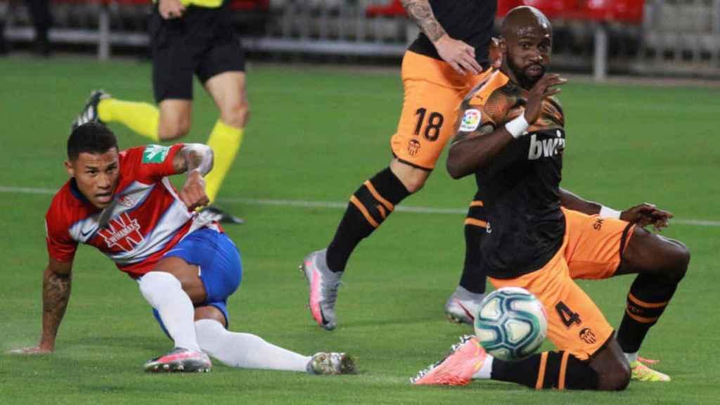 Darwin Machís golpea un balón ante Eliaquim Mangala en el Granada - Valencia