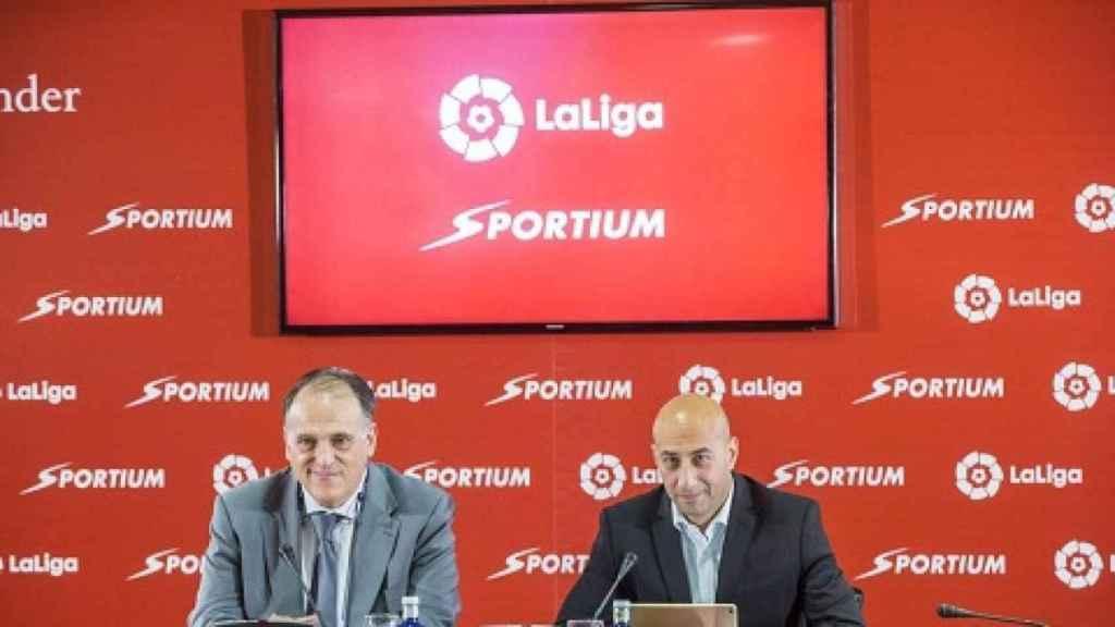 Javier Tebas y el consejero delegado de Sportium, Alberto Eljarrat, en la renovación de su convenio