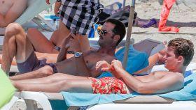 José Bono Jr. y Aitor Gómez en una playa de Ibiza.