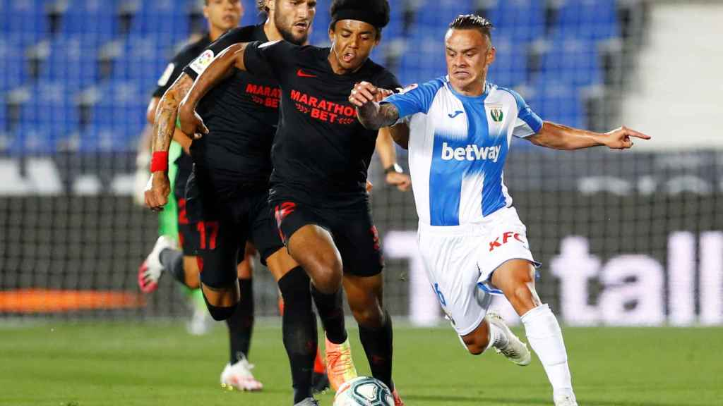 Jules Kounde y Roque Mesa, durante el Leganés - Sevilla de La Liga