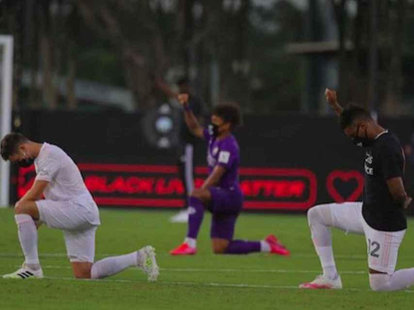 Jugadores arrodillados protesando en la MLS