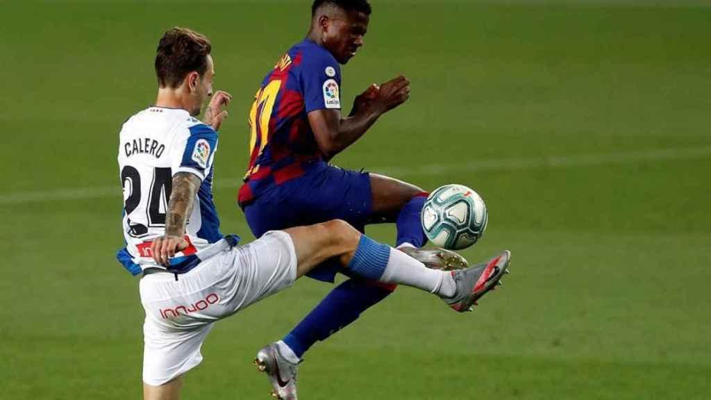 Entrada de Ansu Fati sobre Calero, castigada con roja directa en el Barcelona - Espanyol