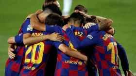 Piña de los jugadores del Barcelona en el gol de Luis Suárez ante el Espanyol