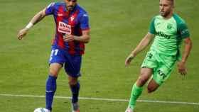 Pedro León ante Kévin Rodrigues, en el Eibar - Leganés de la jornada 35 de La Liga