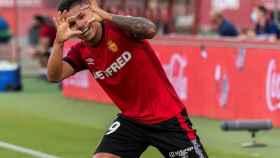 'Cucho' Hernández celebra su gol con el Mallorca ante el Levante