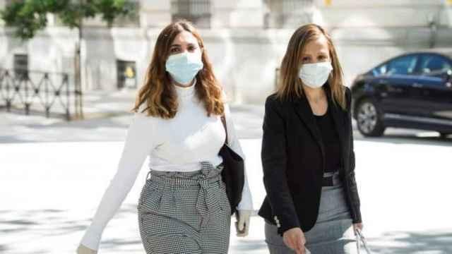 Dina Bousselham, a la izquierda, con su abogada
