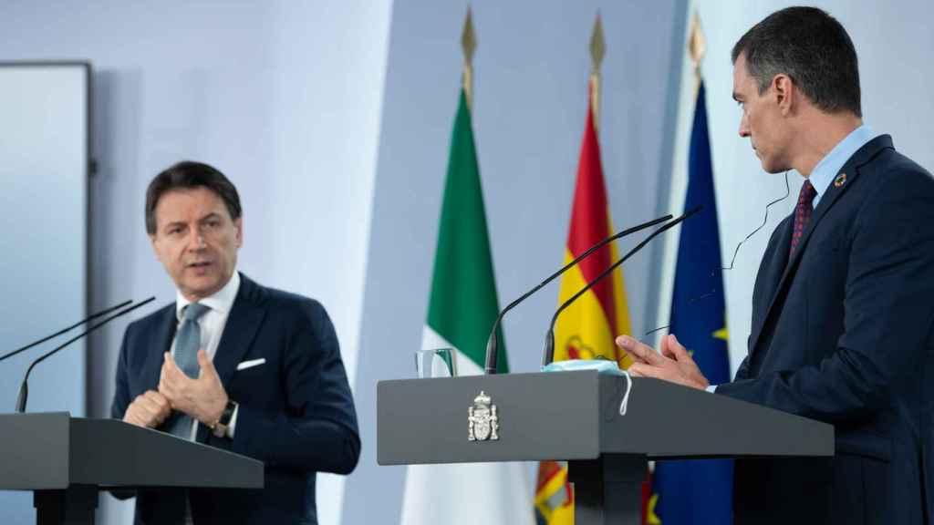 Giusepe Conte y Pedro Sánchez, en la sala de prensa de Moncloa.