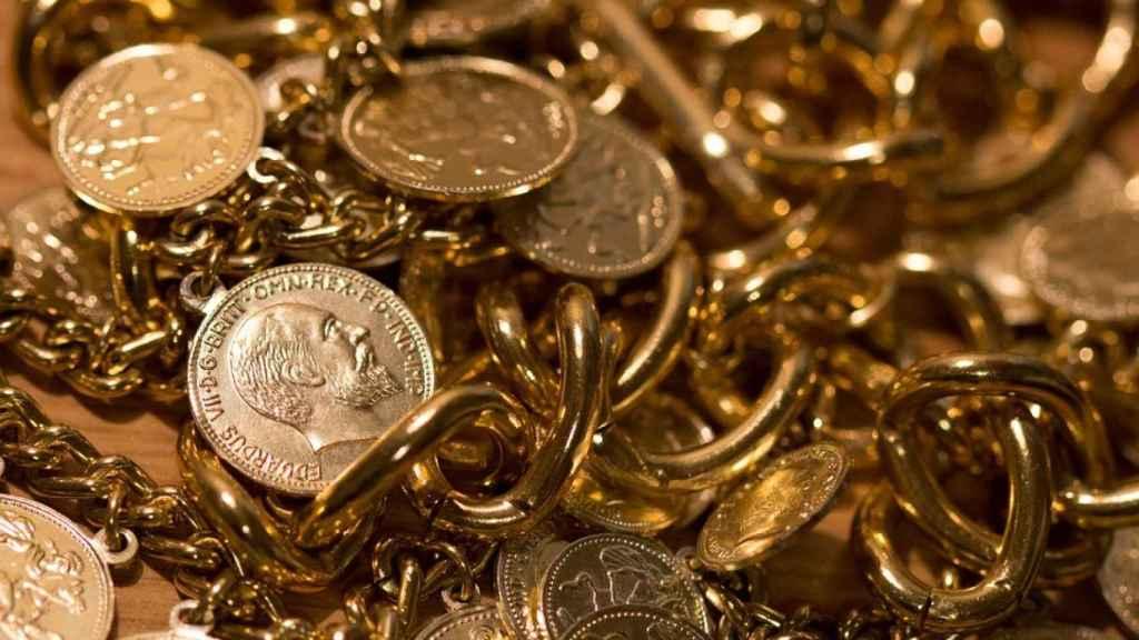Diversas piezas de oro físico.