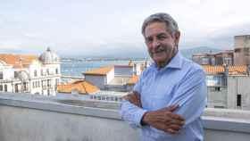 Revilla, presidente de Cantabria, en el balcón de su despacho, con vistas a la bahía de Santander.