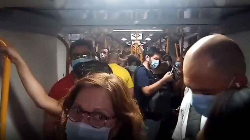 Imágenes captadas en un vagón del Metro de Madrid.