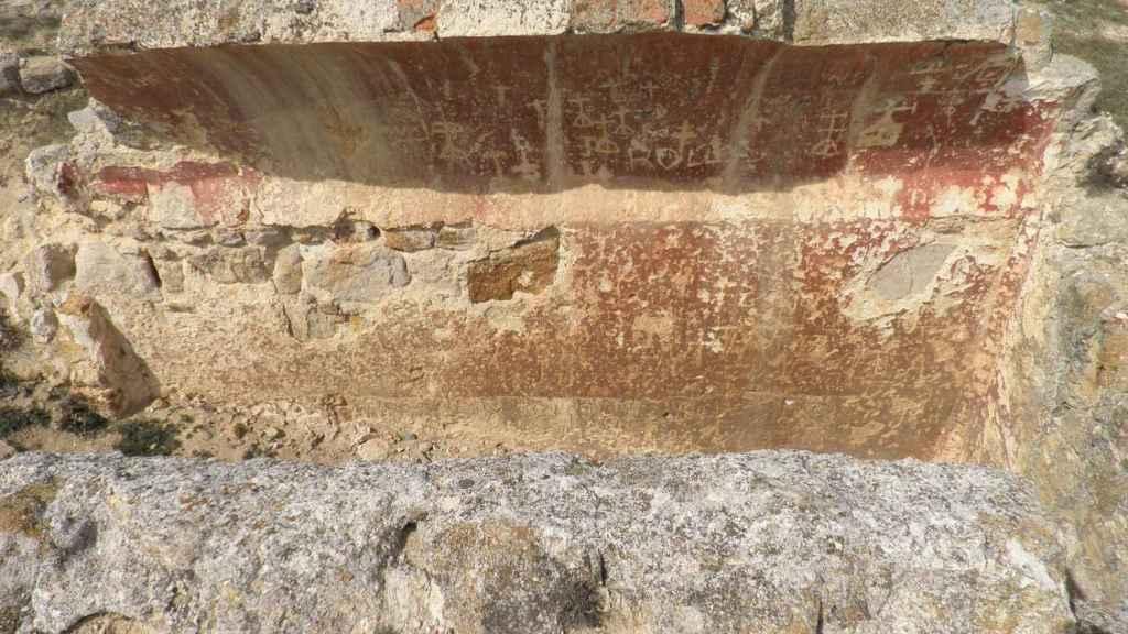 El aljibe con los grafitis medievales.
