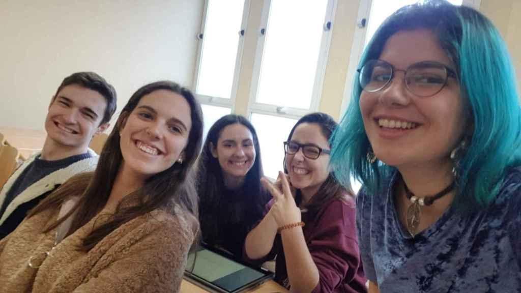 Esther (izq), con otros compañeros del doble grado: Alejandro, Ángela, Raquel y Eisa.