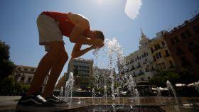 Un joven se refresca este julio en una fuente de la plaza de las Tendillas, en Córdoba.