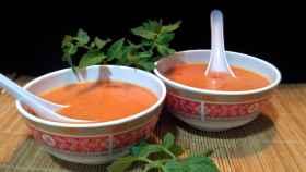 Dos cuencos con gazpacho.