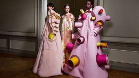 Varias modelos lucen creaciones otoño-invierno 2020-2021 de la firma Viktor&Rolf que se han visto en la Semana de la Alta Costura de París.
