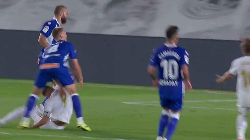 Benzema se golpea contra un jugador del Alavés al caer al suelo