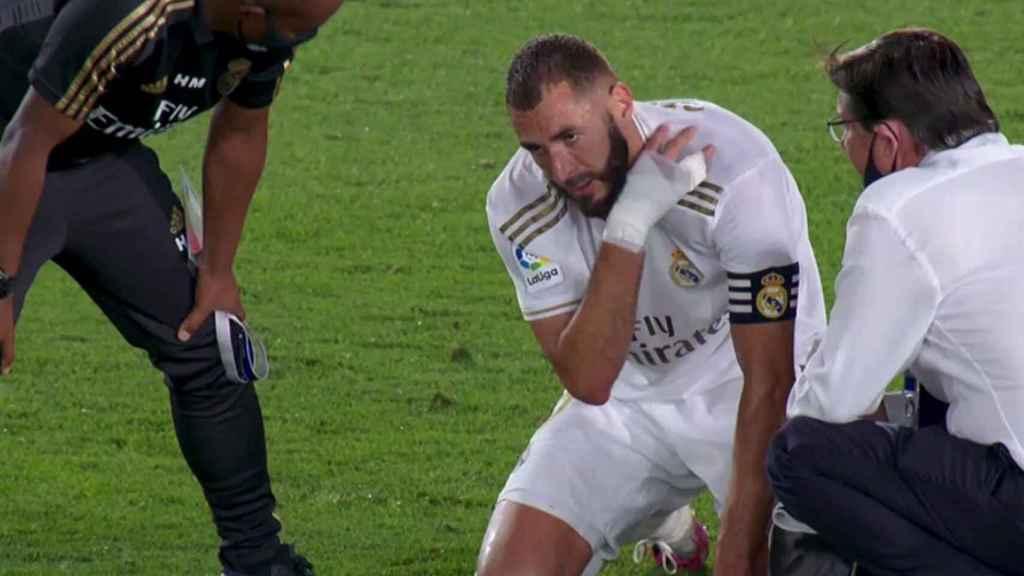 Karim Benzema, sobre el césped habla con los médico del Real Madrid