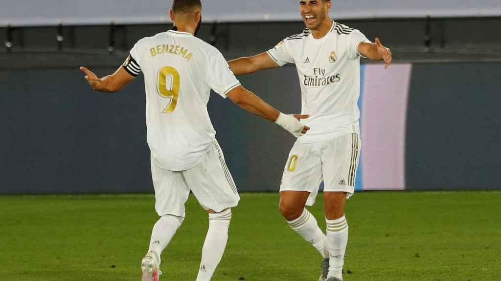 Benzema y Asensio celebran el segundo gol del Madrid al Alavés