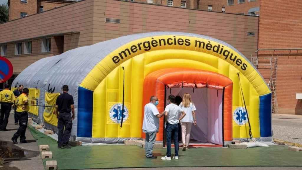 Hospital de campaña montado en el recinto del hospital Arnau de Vilanova de Lleida. Efe