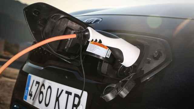 Imagen de la toma de corriente de un coche electrificado.