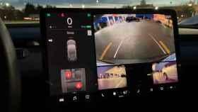 Los Tesla ya pueden mostrar los puntos ciegos cuando damos marcha atrás