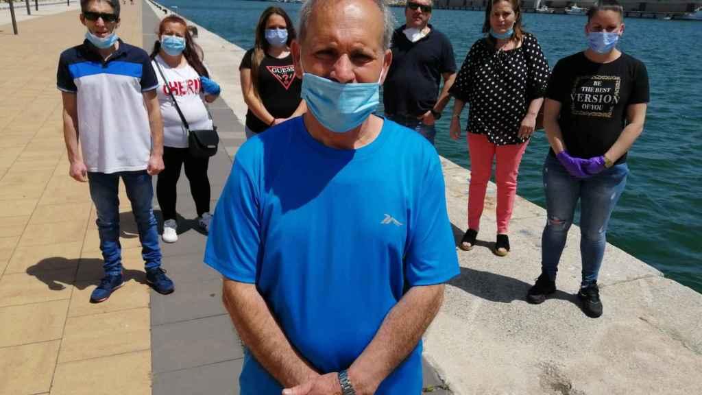 Diego Cazorla, antiguo patrón de barco y padre del marinero desaparecido, Ivan Cazorla, posa junto a otros familiares.