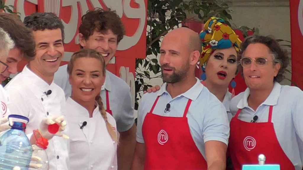 En la imagen, los nuevos concursantes como Josie o Gonzalo Miró con los finalista de 'Masterchef', Luna y Alberto.