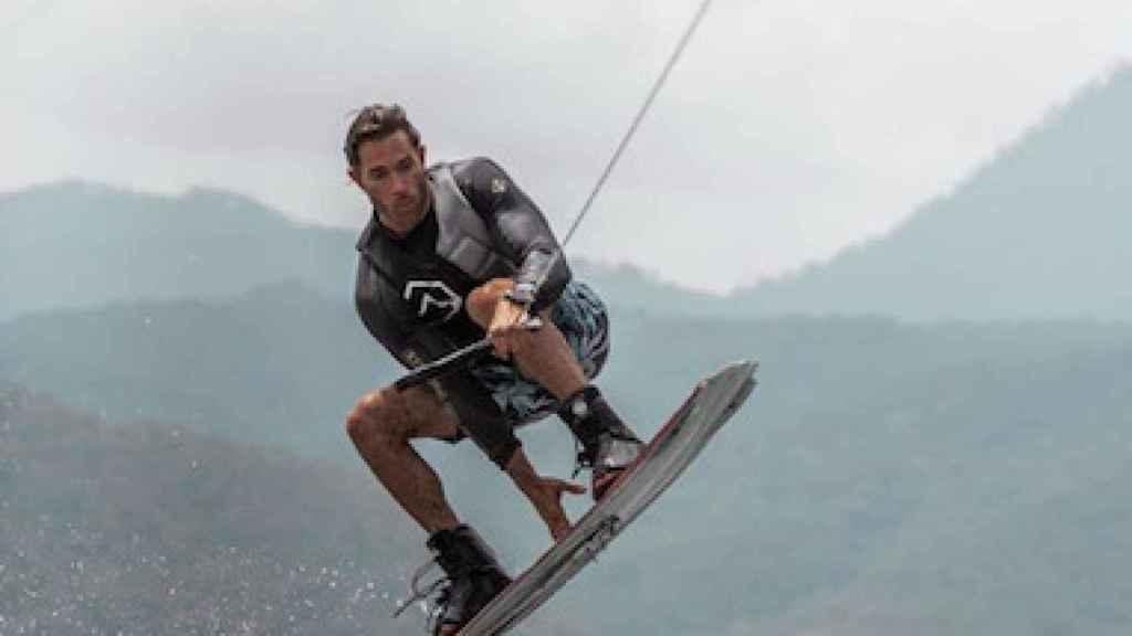 El actor Sebastian Rulli practicando wakeboard