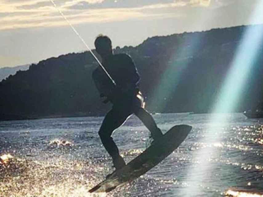 Pablo Motos haciendo wakeboard