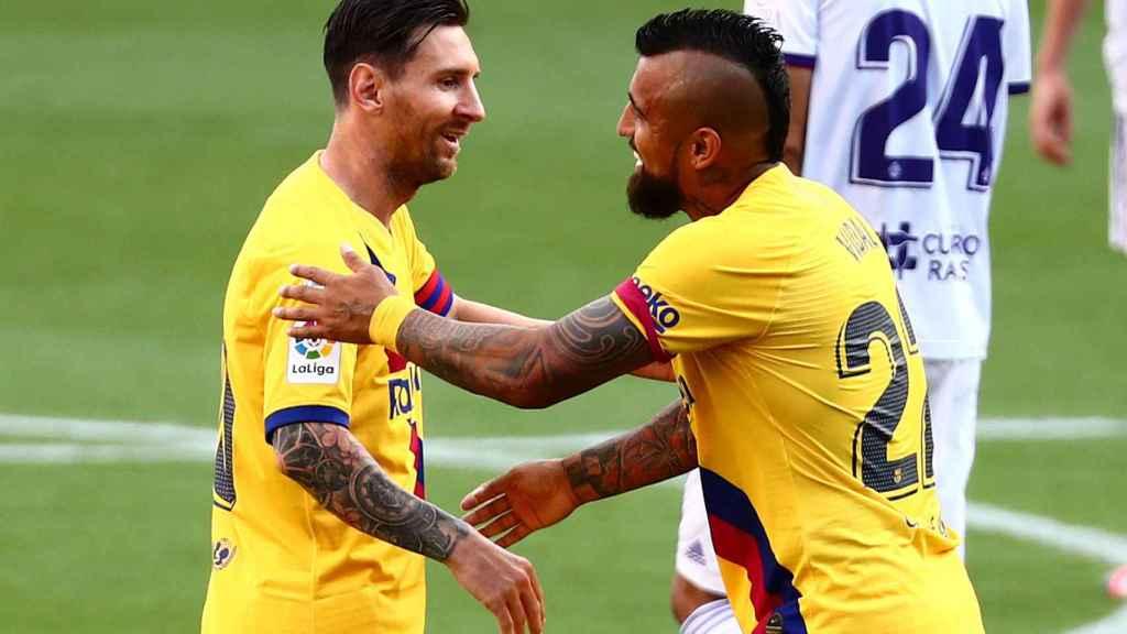Arturo Vidal celebra con Messi su gol en el Valladolid - Barcelona de la jornada 36 de La Liga