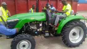 El flamante tractor verde enviado a la comunidad rural africana