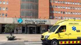 Una ambulancia delante del hospital de Segriá.