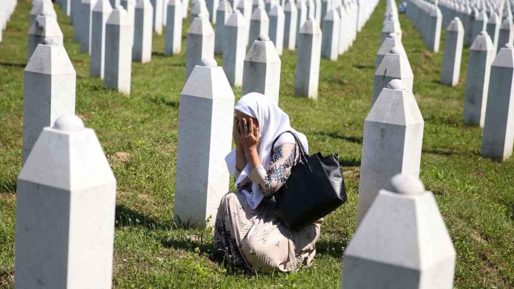 Una mujer llora en el cementerio de Potocari, donde hay enterradas más de 5.600 víctimas de la masacre de Srebrenica.