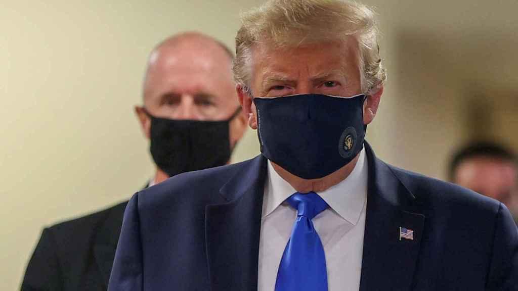 Donald Trump, con mascarilla, camina por los pasillos del hospital militar Walter Reed, en las afueras de Washington.