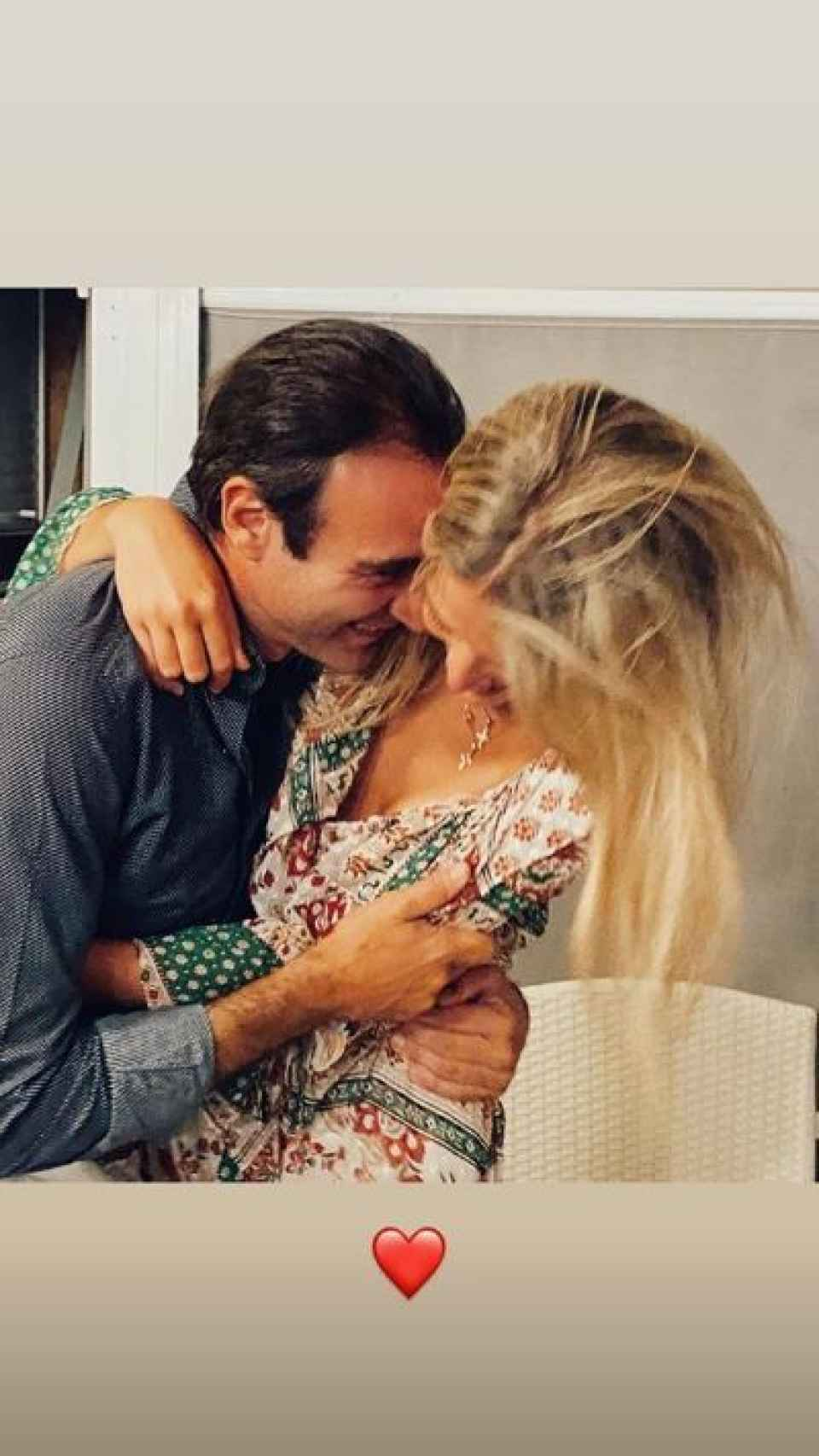 La imagen de Enrique y Ana abrazándose.