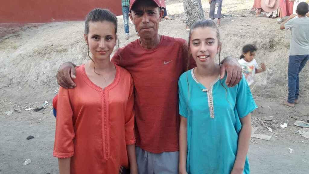 Mohamed junto a su hija Salma (izquierda) y su sobrina Nada, en Marruecos.